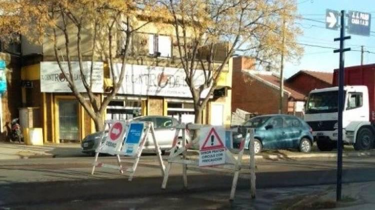 Cortan el tránsito en avenida Paso por arreglos en un caño roto