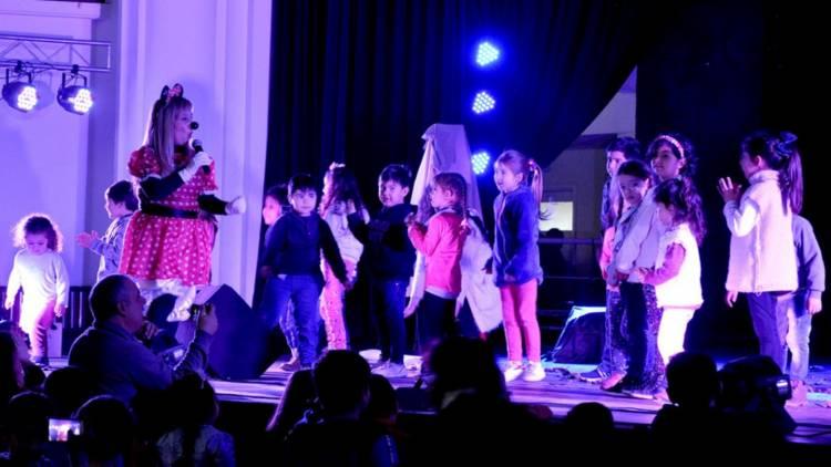 Festejos por el Día del Niño en el cine de la Base Naval