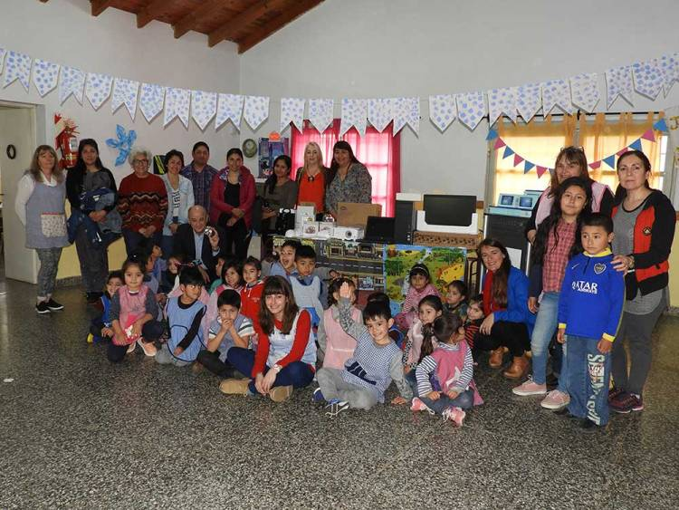 Uset participó de la entrega del material Aprender Conectados a Jardines de Infantes