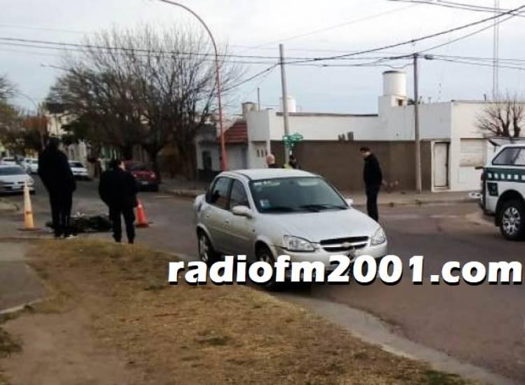 Choque entre un auto y una moto dejó un herido