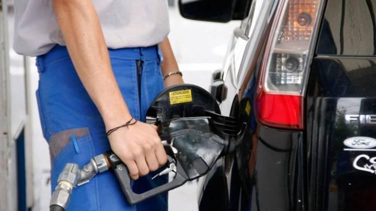 El Gobierno autorizó un aumento de 5 por ciento para los combustibles desde esta medianoche