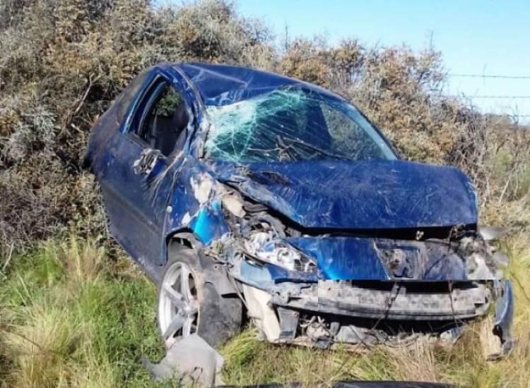 Volcó un auto y terminó destruído en el camino a la playa