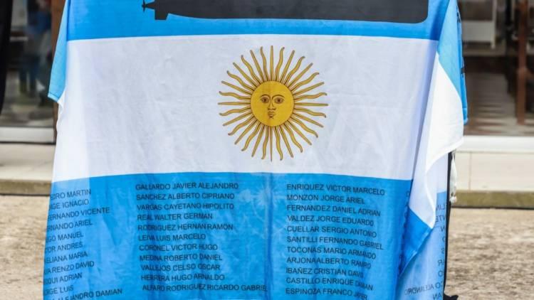 """Mar del Plata: Juntan banderas argentinas para recordar al ARA """"San Juan"""" y colgarlas en la base de submarinos"""