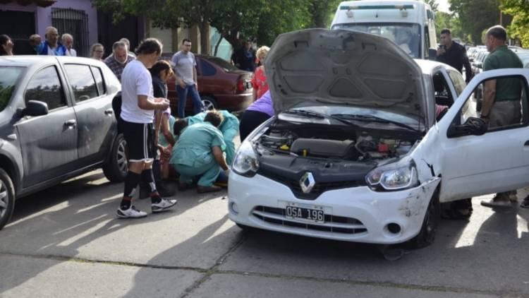 Luego de chocar contra un auto estacionado volcó, una mujer herida