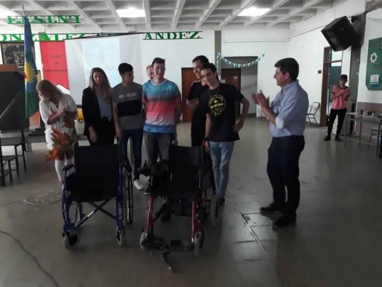 Alumnos de la Escuela Técnica reparan sillas de rueda y camas ortopédicas