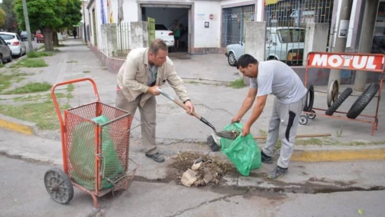 Quieren intensificar la limpieza de las calles sumando quince barrenderos