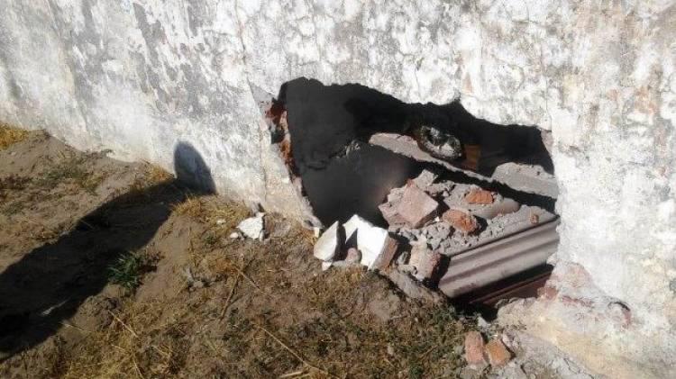 Chocaron contra el paredón del cementerio y dejó un cajón a la vista