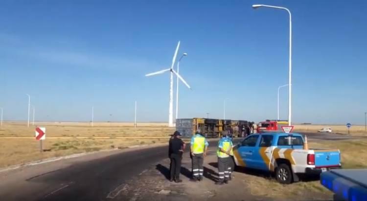 """Un camión que circulaba por la rotonda de """"Los Molinos"""" volcó"""