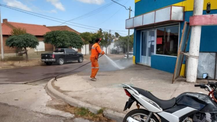 Continuan las tareas de desinfección en distintos sectores donde hay supermercados y comercios