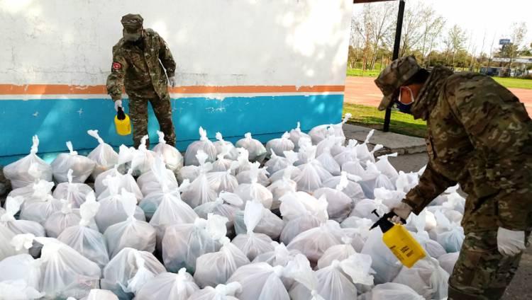 Un total de 1174 bolsones alimentarios fueron distribuidos por el Consejo Escolar, la Armada Argentina, representantes Scouts y voluntarios