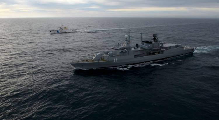 """El destructor ARA """"La Argentina"""" realizó controles en el mar argentino"""