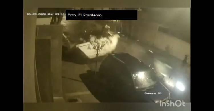 Un  conductor resultó milagrosamente ileso luego de chocar con su auto contra un contenedor