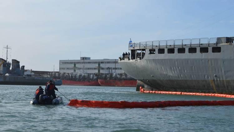 Ejercicio de control de derrame de hidrocarburos en la dársena de Puerto Belgrano