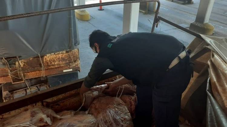 Se encontró una tonelada de carne escondida entre productos de ferretería