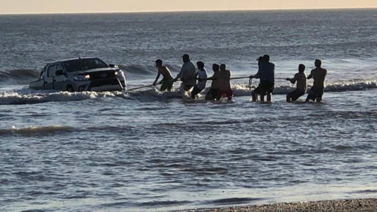 Monte Hermoso: Una camioneta terminó encajada en el mar a metros del Faro Recalada