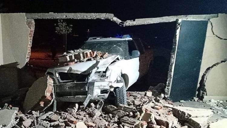 Una camioneta chocó contra el paredón de una casa