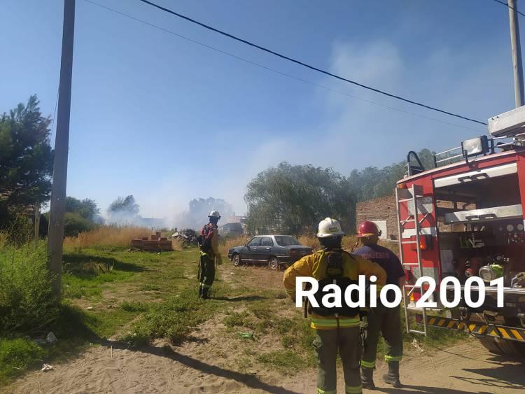 Bomberos Voluntarios acudieron al incendio de pastos en un baldío