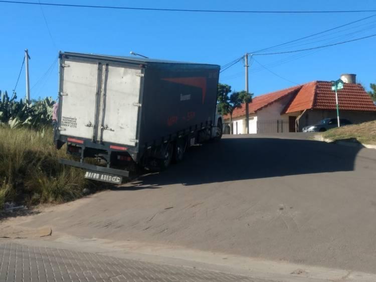 Un médano evitó que un camión chocara contra las casas