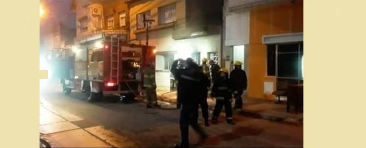 Bomberos Voluntarios acudieron al incendio de una vivienda en Brown 472